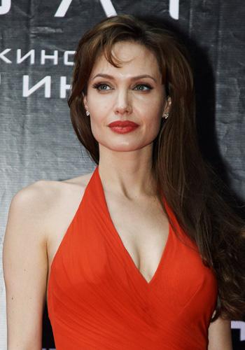 Angelina-Jolie-Rojo